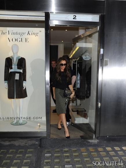 victoria-beckham-shopping-london-10152012-03-435x580